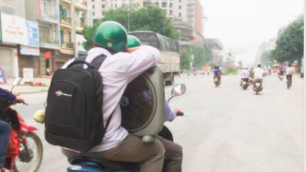 Hình ảnh cha chở con trai lễ mễ đồ đạc lên thành phố nhập học và thuê trọ khiến nhiều người cảm động và thấy mình trong đó