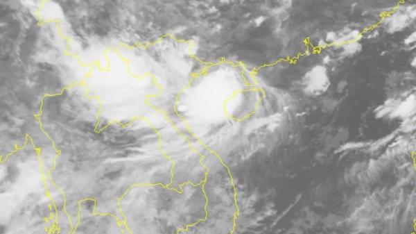 KHẨN CẤP: Bão số 4 đã lao thẳng vào đất liền với sức gió mạnh nhất gần tâm bão giật cấp 11