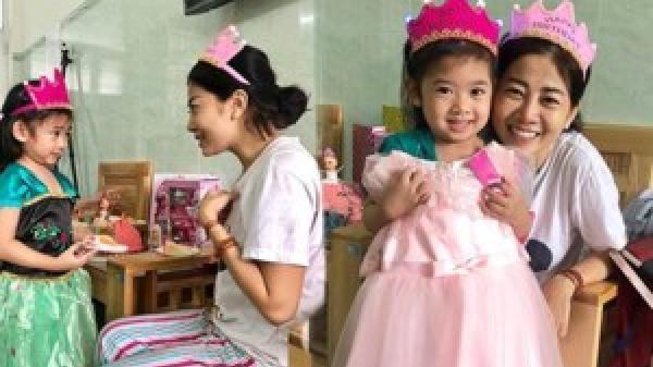 Rơi nước mắt trước cảnh Mai Phương ôm chặt con gái Lavie trong bệnh viện không muốn rời xa