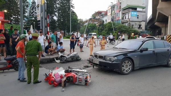 Người phụ nữ bất ngờ điều khiển siêu xe BMW tông hàng loạt xe máy, kéo lê 2 cháu nhỏ trên đường