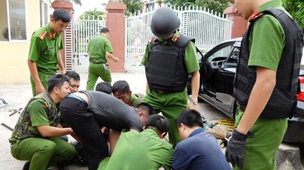 Nam thanh niên bất ngờ cầm dao xông thẳng vào trụ sở truy đuổi chiến sĩ cảnh sát đang làm nhiều vụ
