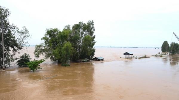 Lũ dâng cao, vùng đầu nguồn Đồng Tháp nhiều nhà ngập tới nóc mênh mong trong biển nước
