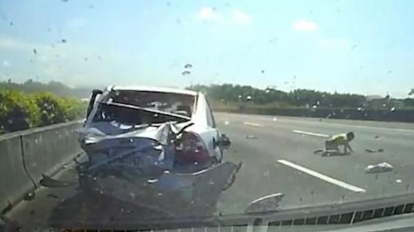 Clip: Tai nạn kinh hoàng, cậu bé 11 tuổi văng khỏi xe rơi xuống đường