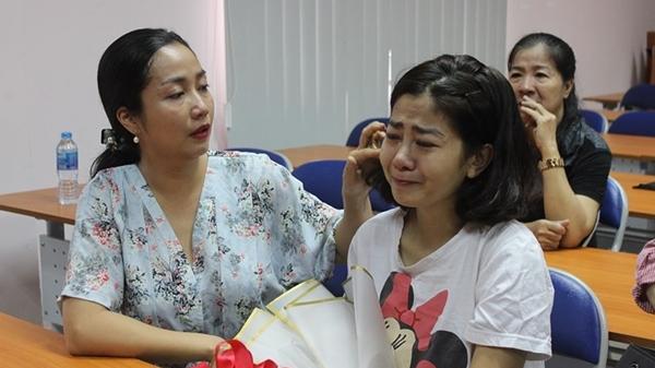 Ngày xuất viện, Mai Phương được đích thân giám đốc bệnh viên quân y tặng hoa, bắt tay