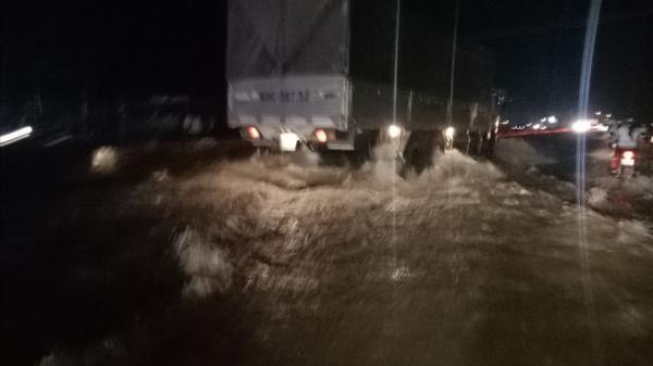 Quốc lộ 1A nối Cần Thơ đi Vĩnh Long chìm sâu trong biển nước