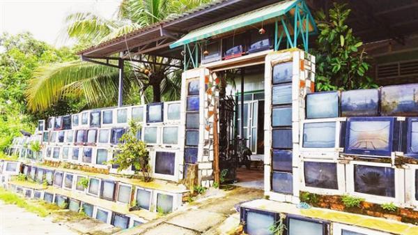 Ngôi nhà 'SANG CHẢNH' nhất có hàng rào làm từ hàng trăm chiếc ti vi cũ xuất hiện trên mạng xã hội nước ngoài