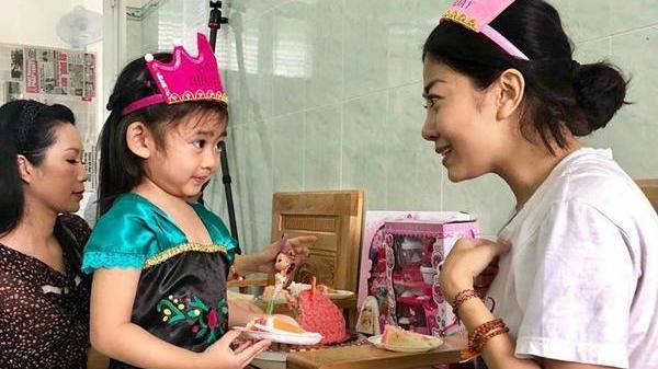 'Tan chảy' khi thấy nụ cười hạnh phúc của con gái Mai Phương trong ngày mẹ xuất viện về nhà