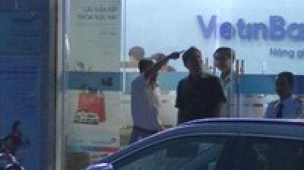 NÓNG: Đang truy bắt tên cướp ngân hàng có súng ở miền Tây
