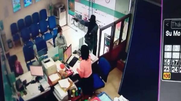 Clip: Đối tượng dùng súng cướp ngân hàng ở miền Tây rồi tẩu thoát chỉ trong 2 phút