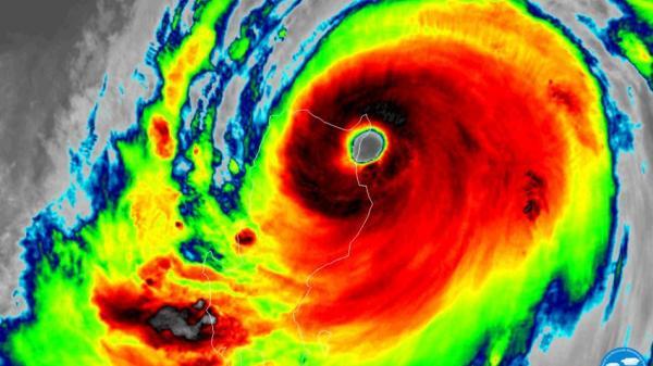Hình ảnh đầu tiên về cơn bão Mangkhut đã đổ bộ Phillippines, tàn phá kinh hoàng