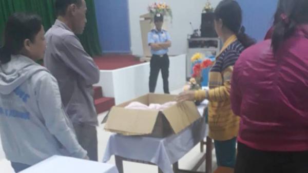 Cặp song sinh chết bất thường, người nhà mang thi thể đến BV truy trách nhiệm