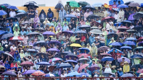 Khán giả gây hỗn loạn khi hội chọi trâu Đồ Sơn mở cửa miễn phí