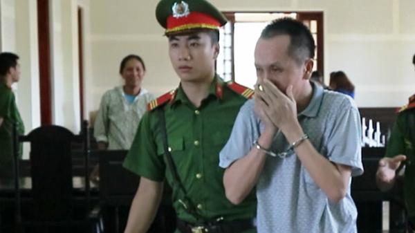 Bị tuyên án tử hình, thầy giáo chỉ ôm mặt khóc không dám quay lại nhìn mặt vợ, con