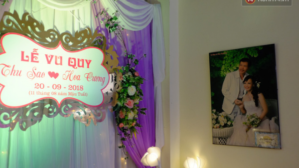 Cô dâu 61 tuổi xúc động khi chú rể 26 tuổi bất ngờ yêu cầu giữ nguyên bức hình cưới của chồng cũ ở phòng khách