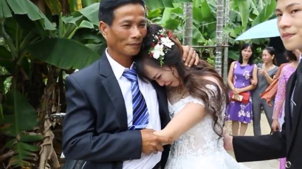XÚC ĐỘNG: Không có cha mẹ ở bên, cô dâu òa khóc nức nở, níu chặt tay chú ruột sau đám cưới khiến nhiều người nghẹn ngào