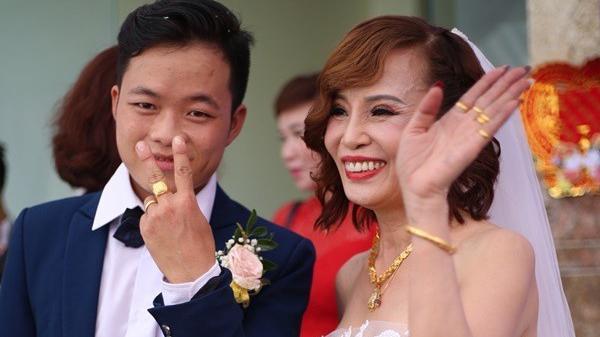 Cặp đôi cô dâu 61 và chú rể 26 tuổi: Ngày đầu tiên gặp, chồng tôi lại chào tôi bằng cô