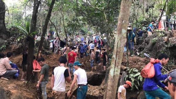 Nhiều người dân Tuyên Quang đổ xô đi tìm đá quý 5 tỷ, đào núi tìm vận may