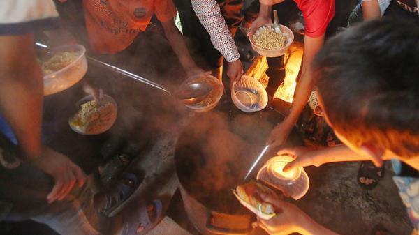 Lặng người trước bữa sáng mì chan nước sôi của học sinh vùng cao