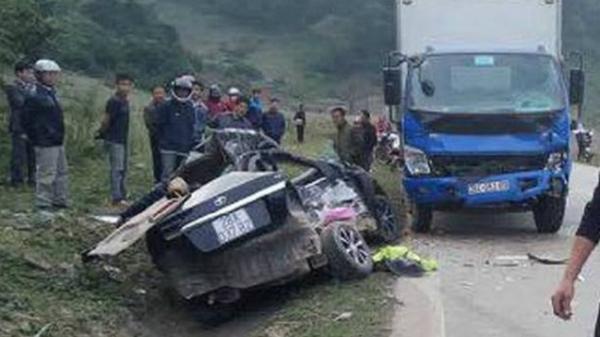 Va chạm mạnh, xe con bị xe tải đè nát khiến 4 người tử vong