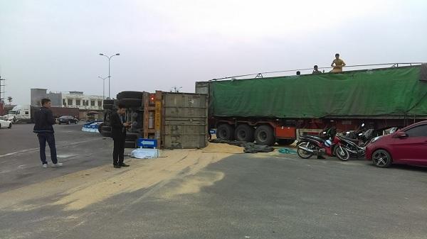 Hải Dương: Xe container ôm cua gấp, hàng chục tấn cám đổ tràn ra đường