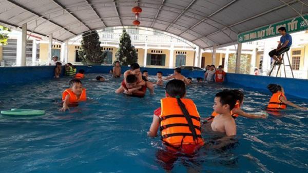 Giáo viên đóng góp hơn 110 triệu đồng làm bể bơi nổi cho học sinh
