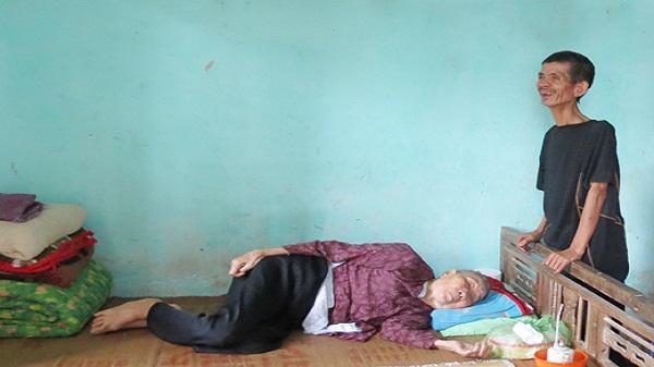 Xót xa câu chuyện mẹ 90 tuổi ốm liệt giường và 4 đứa con điên