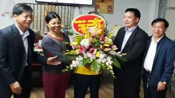 Lãnh đạo huyện Thanh Miện chúc mừng gia đình hậu vệ Vũ Văn Thanh