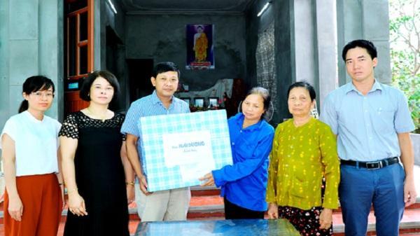 Thăm, tặng quà gia đình có 3 anh em tử vong do ngạt khí