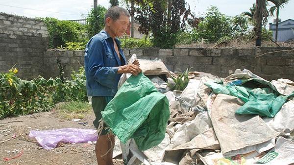 Hải Dương: Xúc động câu chuyện cựu chiến binh nhặt rác nuôi vợ bệnh tật