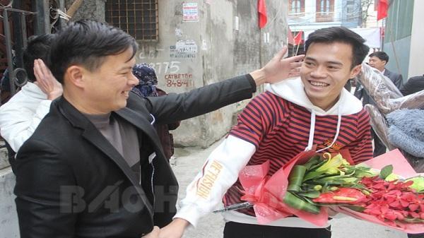 Người hâm mộ ở quê hương chào đón cầu thủ Văn Toàn