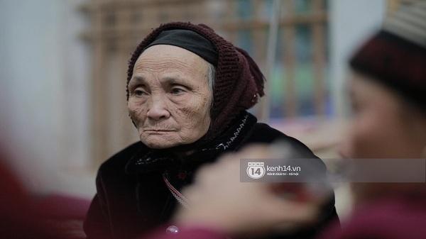 """Bà nội anh em Tiến Dũng rơi nước mắt ngày 2 cháu trở về: """"Đông lắm nên cứ nắm được tay cháu thì người ta lại chen vào"""""""