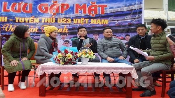 Cầu thủ Văn Thanh giao lưu với giáo viên, học sinh tại quê nhà