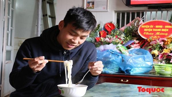 Văn Thanh nấu ăn bên gia đình và sung sướng với món ngon thèm suốt vài tháng qua