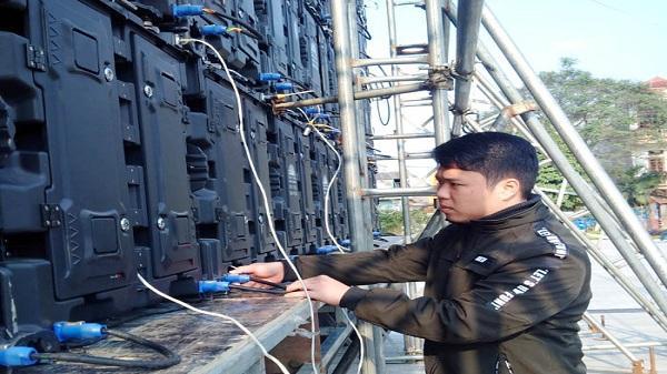 Lắp 2 màn hình LED cỡ lớn phục vụ người xem buổi gặp mặt, tuyên dương 4 cầu thủ U23 Việt Nam