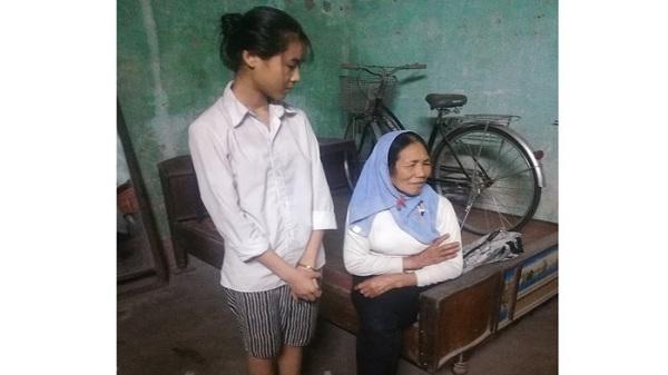 Hải Dương: Xót xa hoàn cảnh bà già yếu gồng mình nuôi hai cháu ăn học