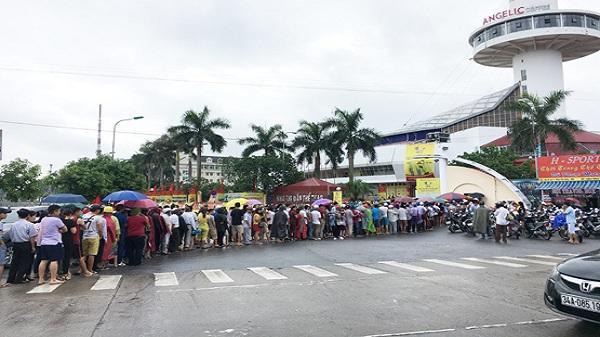 Hàng trăm người đội mưa xếp hàng mua vé