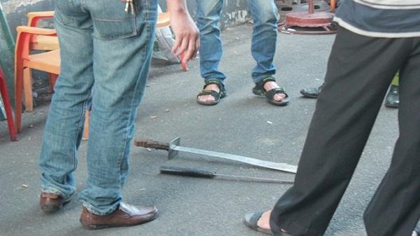 Vác dao kiếm đi trả thù vì nhà đại ca bị ném 'bom bẩn'