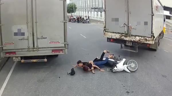"""Hải Dương: Hai thanh niên """"đánh võng"""" xe máy ngã sấp mặt, dân mạng được phen cười đau bụng"""