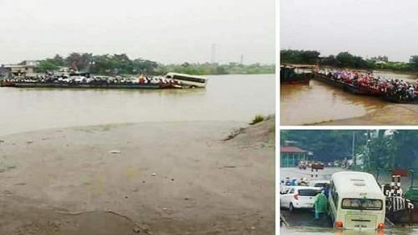 Xe khách suýt trôi xuống nước khi cố bám phà vượt sông