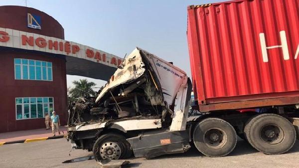 KINH HOÀNG: Xe container mất lái ủi bay dải phân cách ở Hải Dương, tài xế bị thương nặng