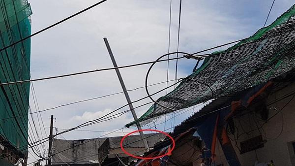 Thanh sắt rơi xuyên thủng nhà, 2 mẹ con quê ở Hải Dương thoát chết