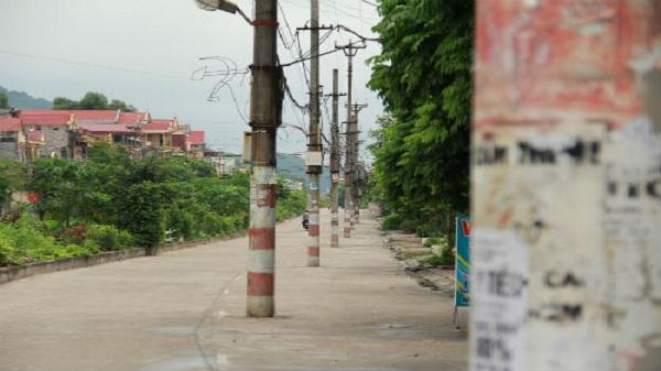 Cột điện cả dãy 'mọc' giữa đường, tai hoạ rình rập khôn lường