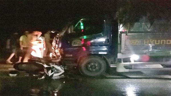 Xe máy va đâm trực diện vào xe tải chở cá, một y tá quân y bị thương nặng
