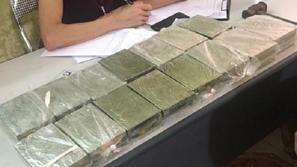 Mẹ và con gái bị cảnh sát bắt giữ trên đường vận chuyển 30 bánh h eroin