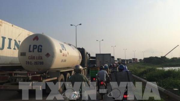 Hải Dương: Va chạm giữa xe container và xe máy, Quốc lộ 5 ùn tắc kéo dài