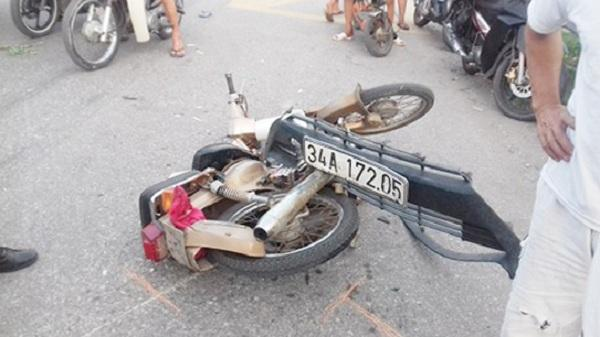 Hải Dương: Va chạm cực mạnh với xe ô tô, 2 thanh niên bị thương nặng