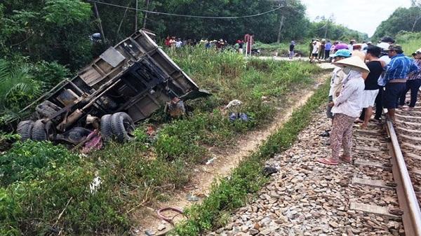 Hải Dương: Va chạm cực mạnh với tàu hỏa, xe tải văng xa 100m khiến 1 người tử vong