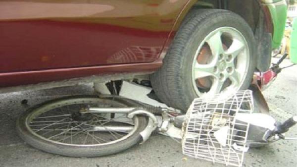 Ô tô va chạm xe đạp điện làm 1 người tử vong
