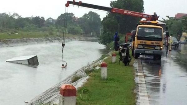 Hải Dương: Đường trơn trượt, xe tải mất lái lao thẳng xuống mương nước