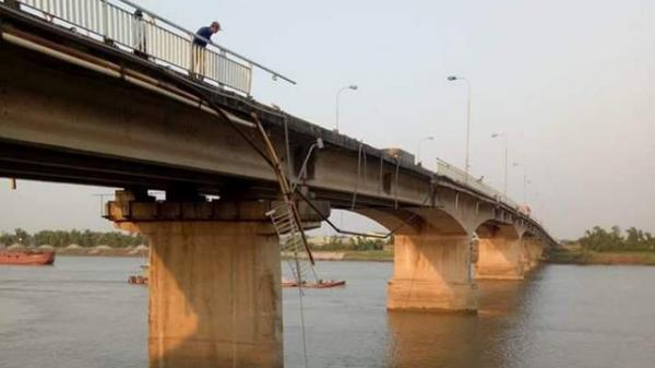 Hải Dương: Đâm gãy thành cầu, xe ben lao thẳng xuống sông mất tích